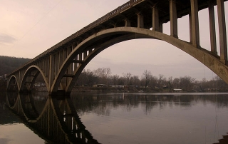 640px-Svedrup_Bridge_over_Lake_Taneycomo